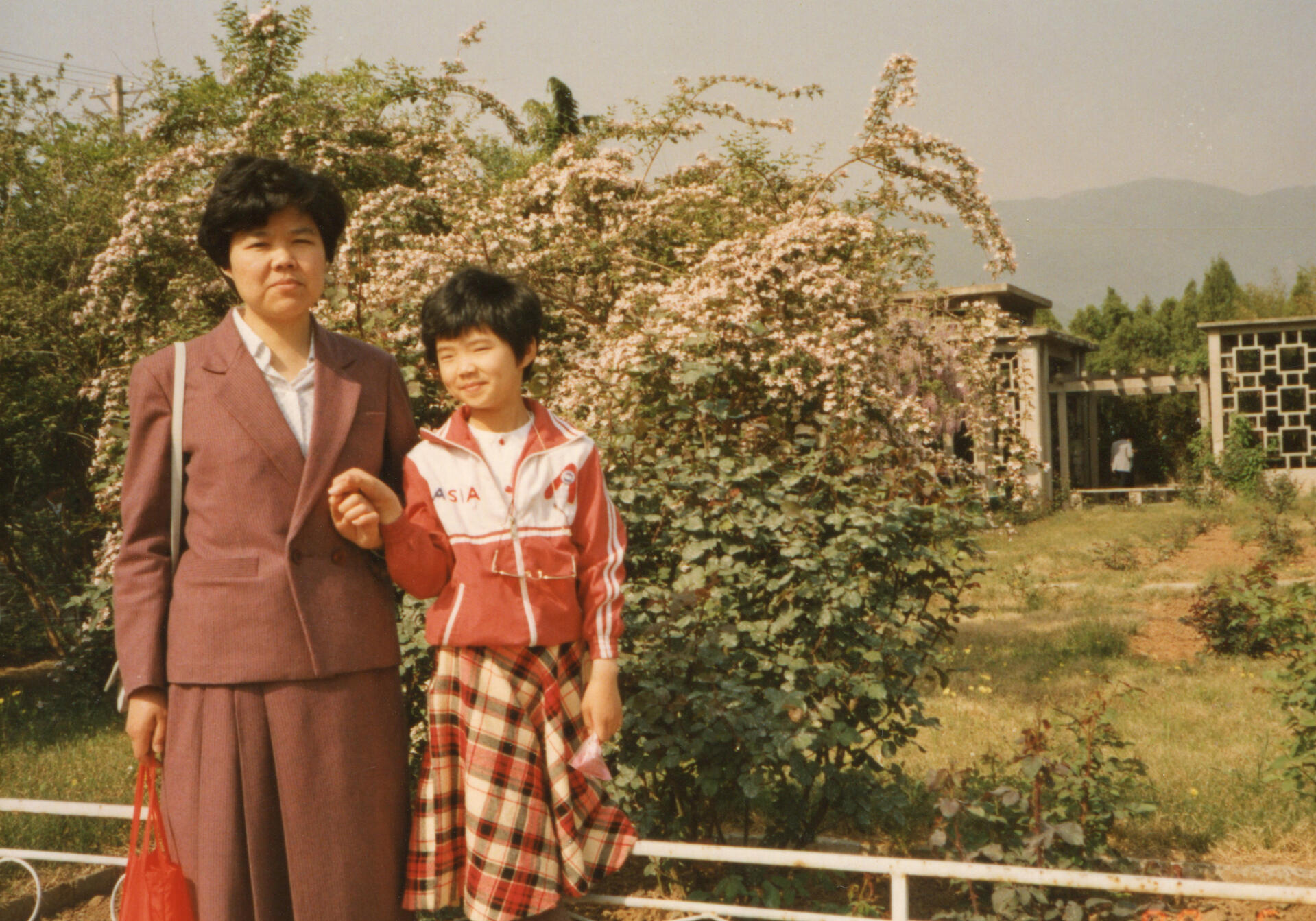 1980s China Little girl and mother